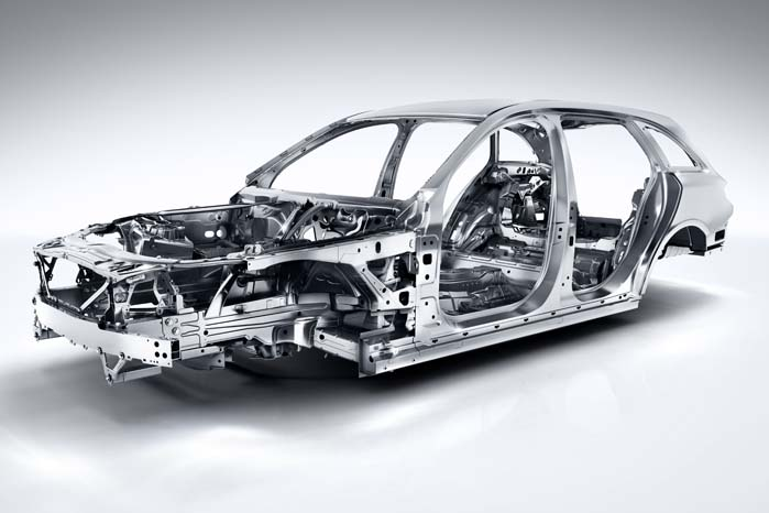 Mercedes-Benz har anvendt 49 pct. mere alumnium i konstruktionen af den nye C-klasse. Resultatet er lavere egenvægt og bedre pladsudnyttelse i kabinen.