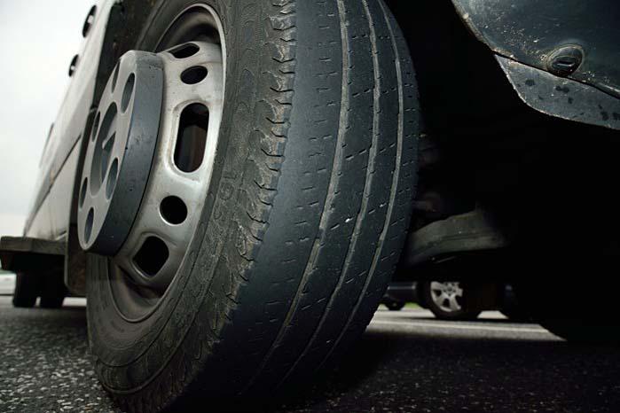 2,0 pct. af samtlige kontrollerede biler var ved sidste års razziaer kørende på mindst ét dæk med en mønsterdybde på under 1,6 mm som er mindstekravet til et lovligt dæk.