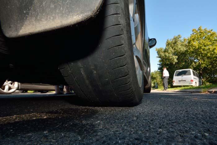 Vi er på vej mod den fugtige og kolde årstid, og så duer dæk som dette bare slet ikke. Sikkerheden er i fare og dækket er i øvrigt ulovligt at køre på.
