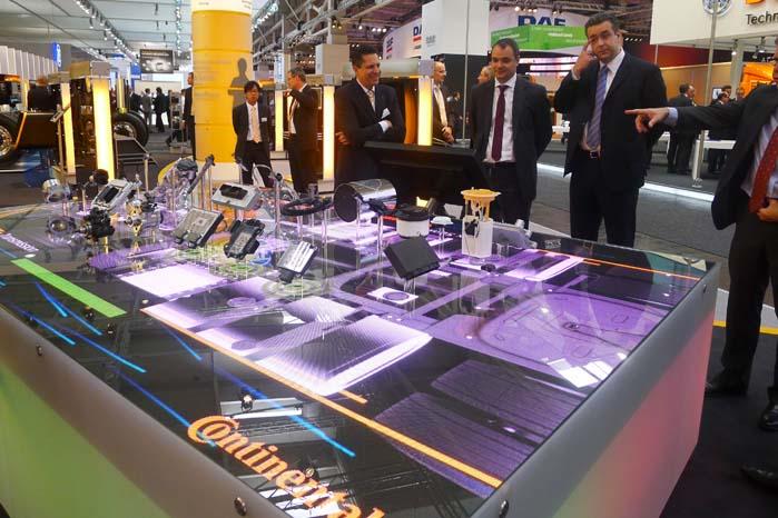 Teknologisk kører transport-sektoren ofte i forvejen, så i Hannovers messehaller kan man møde fremskridt, som siden vil dukke op i udviklingen af personbiler.