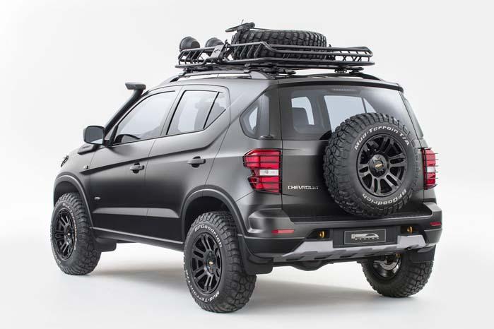 Trækspil, snorkel, tagrack, spotlights, bundskjolde, hævet undervogn, solide mudderdæk og reservehjul på bagdøren - der mangler ikke noget. Den nye Niva er klar itl start.