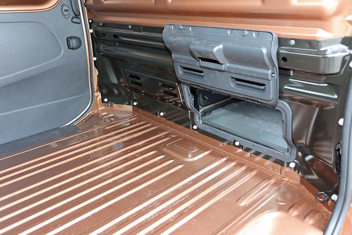 Det er ingen skam at lade sig inspirere af en god ide. Ford Transit Custom kom først, og Opel Vivaro har nu også fået en lille klap, så pinde og rør kan strække sig ind under passagersædet. Klappen holdes fast med en magnet