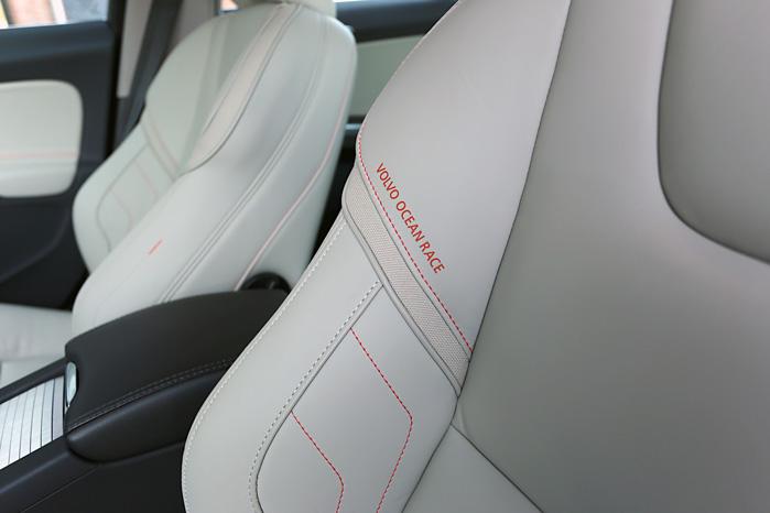 De mesterligt udformede sæder har fået sejler-islæt med lækre, røde syninger med logo