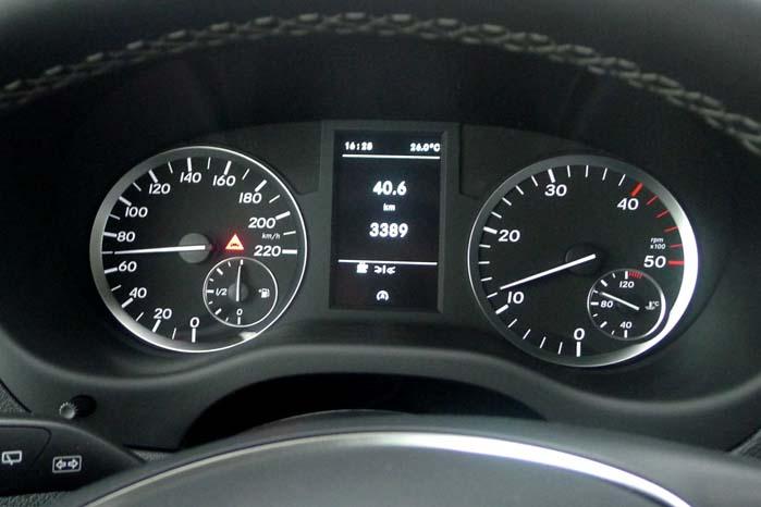 Standardudstyret i den nye Vito-serie er omfattende, bl.a. har den advarsel mod risiko for kollision med trafik foran bilen, og systemet er kombineret med bremseautomatik.