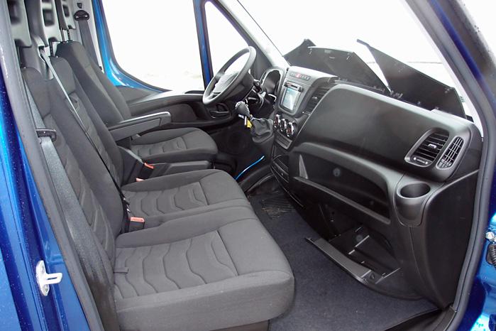 Handskerum i hele bilens bredde og plads til en midterpassager med knæ burde være en selvfølge. At han så må holde kørekaffen i hånden er den pris, man betaler for en siddeplads