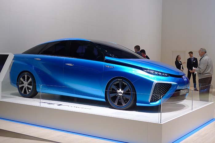 Forskellen på prototypen og den færdige FCV-model er til at overse, og i første omgang satser Toyota på brintteknologien til persontransport.