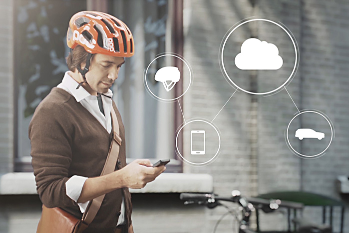 Cyklisten forbinder via en smartphone app sin cykelhjelm til Volvos sky, så bil og cykelhjelm kan 'se' hinanden