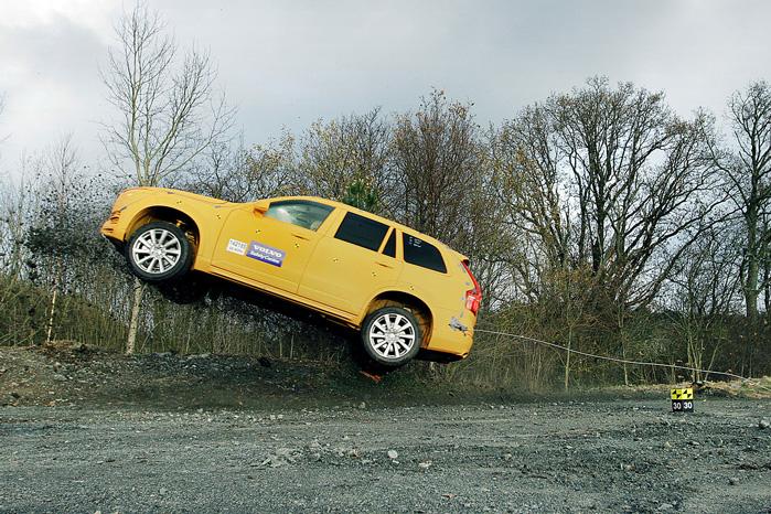 Volvos nye Run-off road beskyttelsessystem skal redde liv og førlighed ved de mange eneulykker, hvor folk kører af vejen