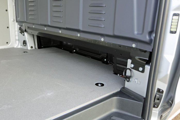 Vito udnytter pladsen under forsædet med det lille hak i skillevæggen for at gøre plads til for eksempel lange rør og plader