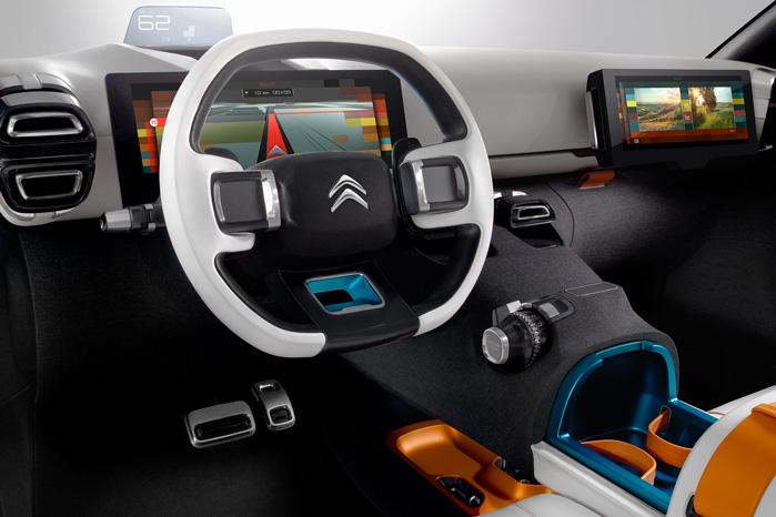 ...eller den ene skærm kan skubbes over til passageren, som så kan bruge den til at redigere indslag til de sociale medier, som netop er optaget fra Aircross' indbyggede kameraer