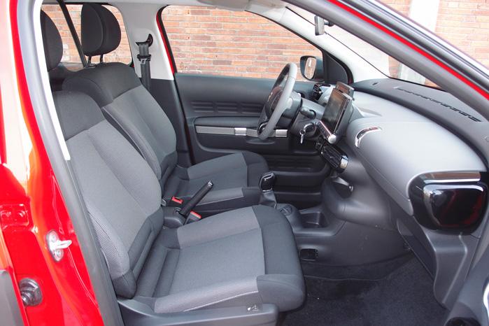 Faktisk egner den sig rigtigt godt som varebil. Den minimalistiske indretning og næsten bænkeagtige forsædekonstruktion ville passe fint i en Citroën Jumpy