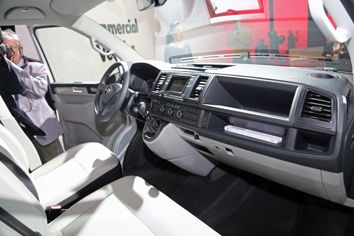 Interiøret i den nye Transporter har en mere elegant tilgang til varebiler end hidtil. Og læg lige mærke til de kopholdere helt oppe i hjørnerne. De kræver en lang arm, men de er der.