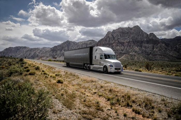 Fordelene ved selvkørende lastbiler er ifølge Freightliner og Mercedes en reduktion i forbrug på fem procent samt mindre slitage