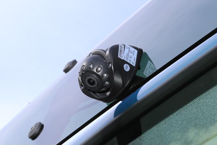 Sådan fire kameraer monteres øverst på din varebil og sørger for ridse- og ulykkesfri bakning og højresving. De små klare persler rundt om kamera-linsen er infrarøde sensorer, som sørger for fuldt 'dagslys' i mørke