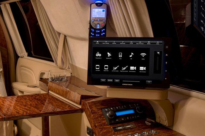 Fladskærme og betjeningspaneler til tv, surround sound er overalt. Foto: beckerautodesign.com