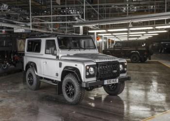 Defender fortsætter ufortrødent. Her ses Defender nr. to millioner på fabrikken i Solihull, England.