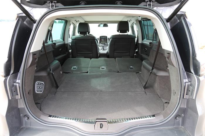 På trods af firehjulsstyring er der god plads mellem skærmene. Varerummet kan indeholde lige over 2000 liter pakker