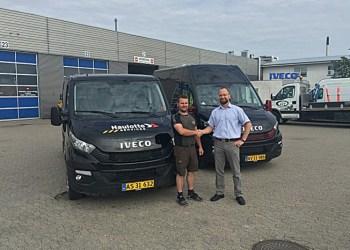 Rune Cederborg (tv) fra servicevirksomheden Cederborg og Key Account Manager Morten Mangor Iversen fra Iveco Danmark giver hinanden hånden på en god handel
