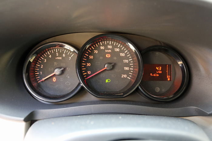Basalt, ja. Men læg lige mærke til bilens egen kørecomputer, som efter en uges test stadig viste 4,3 l/100 km - 23,3 km/l. Altså mere end de opgivne 22,2 km/l