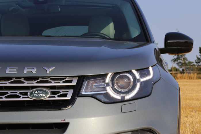 Selvfølgelig skal en bil, der agerer bindeled mellem mudderpøl og Michelin-restaiurant da have en signatur-lygte...