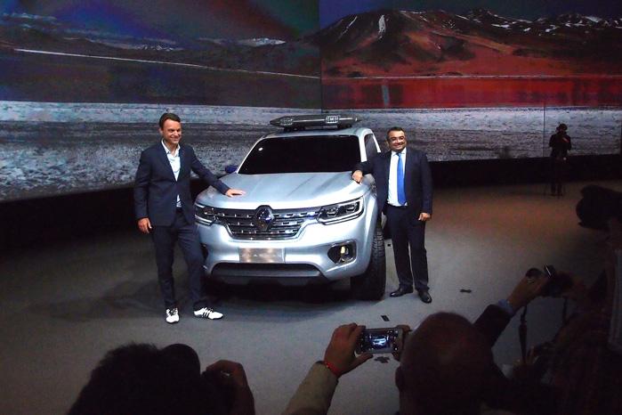 Designchef Laurens van den Acker (tv) og nyudnævnt direktør for Renault LCV Business, Ashwani Gupta poserer høfligt foran Renault Alaskan, der er bygget på Nissan Navarra