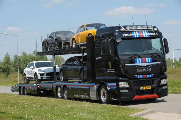Med en MAN-lastbil i Martini-striber kommer disse Porsche-modeller til at blive transporteret i stil.