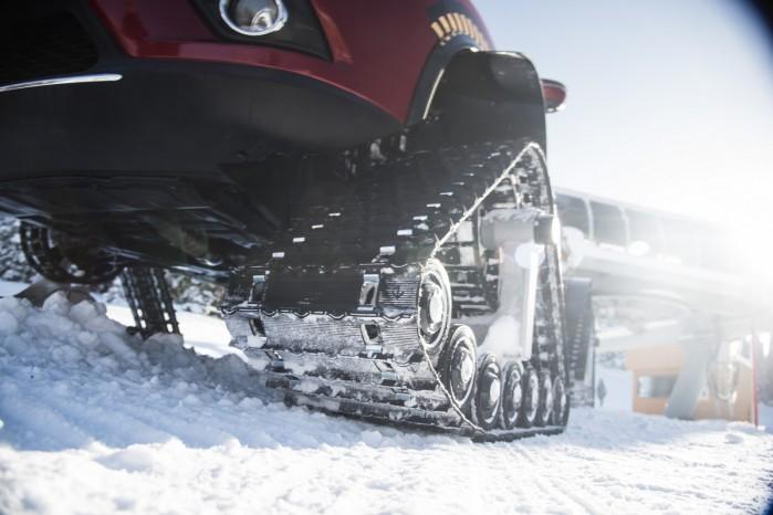 Bilen er ombygget af firmaet American Track Truck, som grundlæggende monterer larvefødderne direkte hvor hjulet normalt ville sidde.
