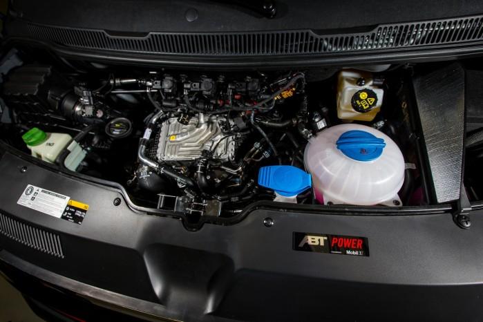 Den 2-liters motor med biturbo yder nu 235 hk.