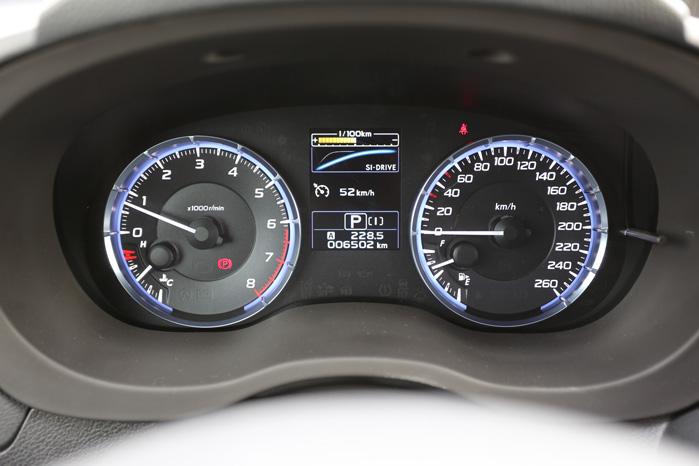 Mellem urskiverne kan du for eksempel få vist effektkurven for den valgte motorindstilling