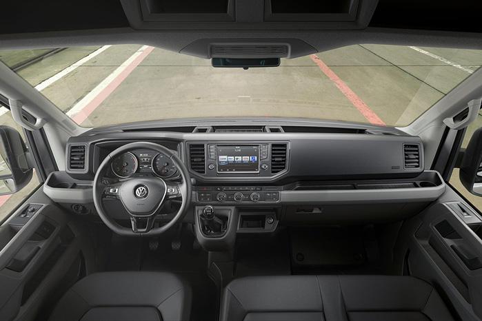 Skal man have noget gjort ordentligt, må man gøre det selv. VW har begået et fedt interiør i den nye Crafter. Tjek lige kopholderne med aflægningsplads ude ved vinduerne