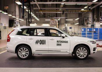 Den første 'Drive Me' Volvo XC90 rullede ud af fabrikken i fredags, og i kommende tid vil bilerne blive leveret til almindelige familier til test.