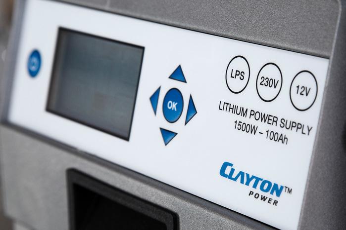 Du vælger selv, hvordan du vil lade den op. 12 volt fra bilen eller 230 volt hjemme i stikkontakten. Eller en kombi