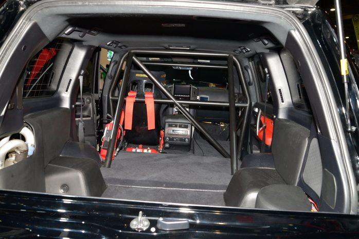 Hele kabinen er strippet og udstyret med racersæde og bur - nødvendigt, når bilen kan køre over 350 km/t.