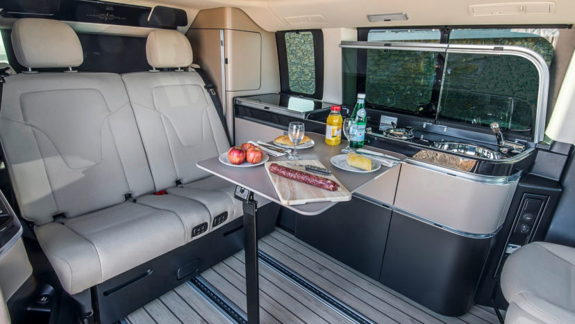 I kabinen er der plads til fire personer, både når bilen er på vejen, og når der skal camperes.