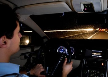 FDM siger, man ikke skal blænde ned, når man møder modkørende på motorvejen