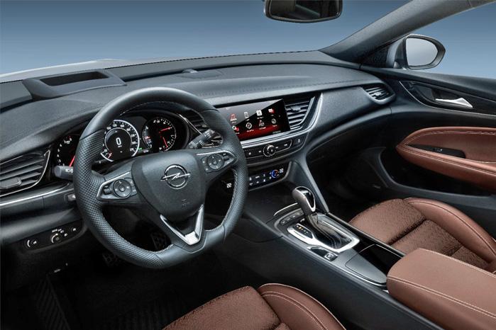 Midt i første generation af Insignia, blev der ryddet op i alle de mange knapper, og cockpittet er blevet endnu mere minimalistisk i den næste generation