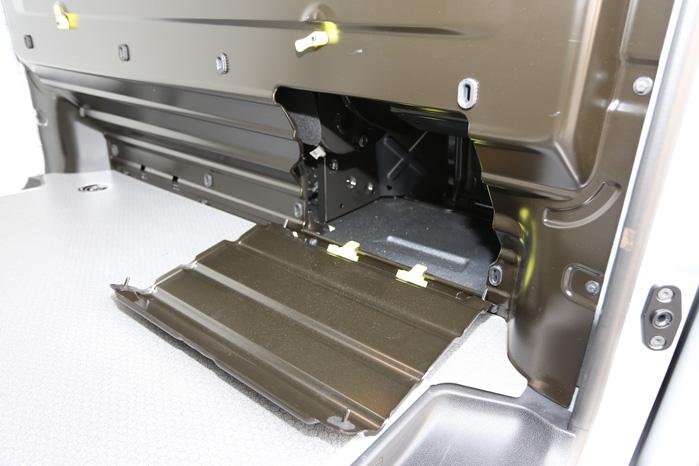 Idéen er tyvstjålet fra Ford Transit Custom, men PSA og Toyota skulle have stjålet den helt, for Fords lem klapper op, så godset ikke ødelægger den
