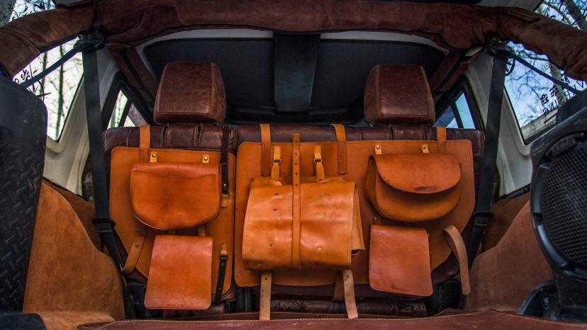 Over bagsæderne hænger et sæt saddeltasker, der understreger 'saloon-stemningen'.