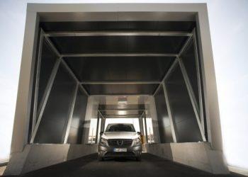 Ved indkørslen scannes varebilen for skader. Foto: Mercedes-Benz