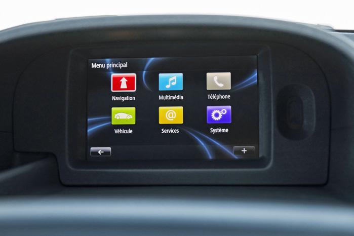 Med R-Link kan du både spejle din telefon og for vejvisning til nærmeste ladested