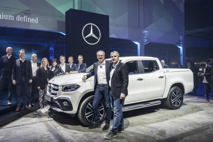 Chefen for Mercedes-Benz Vans Volker Mornhinweg (tv) løftede sløret for X-Class i Cape Town i aftes