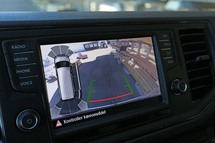 Den store multiskærm bliver til en todelt overvågningsmonitor under bakning. Det fungerer rigtigt godt
