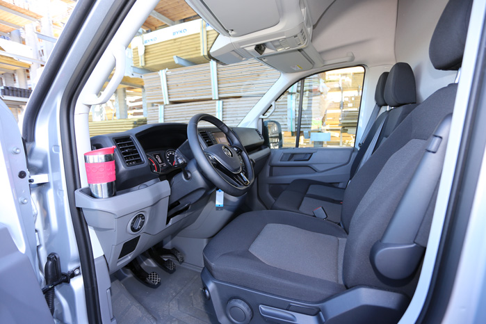 Velkommen, siger Crafter. Som en anden Ford Transit lægger Crafter ud med en kopholder lige inden for døren