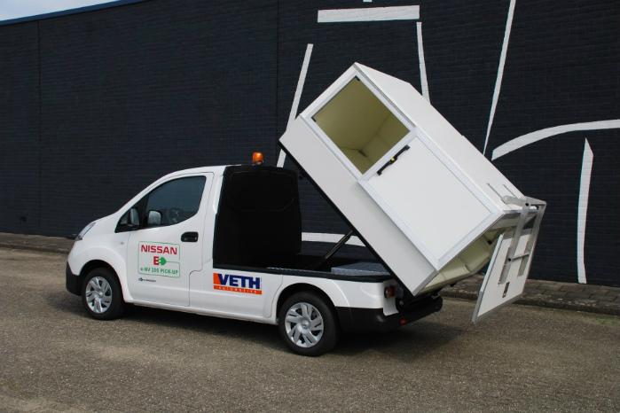 Skraldekassen har skydelåger og kan tippes. Foto: Veth Automotive
