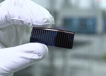 Solcellerne bliver indbygget i glastaget og skal producere strøm, både når bilen kører og når den er parkeret