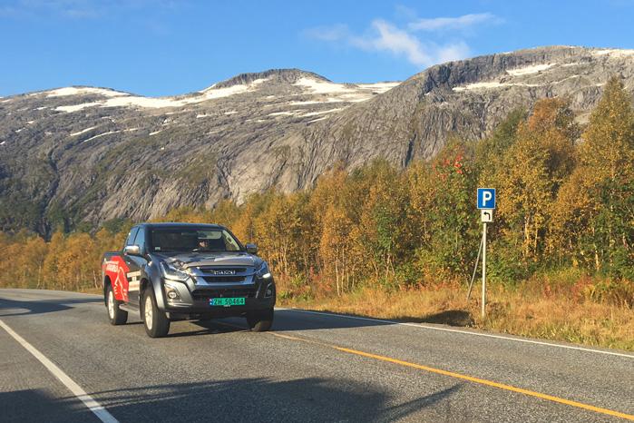 Det er tilsyneladende blevet en populær disciplin i Norge at køre forbrugstest af offroadere på asfalt. Læg mærke til det ubenyttede terræn i baggrunden