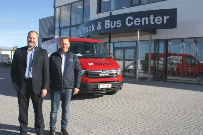 Adm. dir. Niels-Jørgen Toft Jensen (t.v.) og driftschef Lars Jensen foran MAN TGE og MAN's nye center i Esbjerg