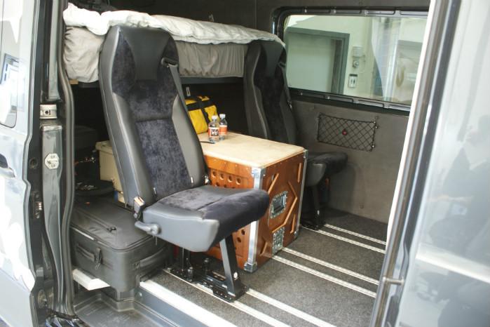 Sæder og alt andet udstyr er boltet fast og kan tages ud, så varerummet kan ryddes til andre formål