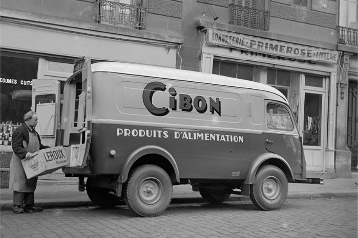 """1954. Varelevering med """"Renault 1000 kg"""". Foto: Renault Communication"""