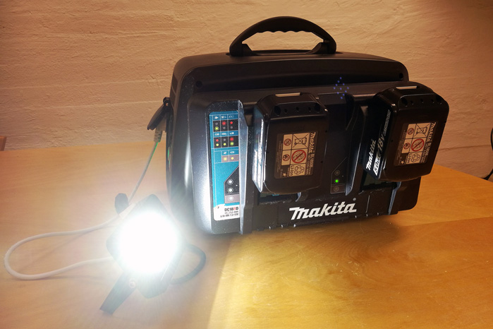 Solcellerne kan tanke for eksempel en batteriboks fra Makita, der kan tages med og oplade batterier og forsyne værktøj med 220 volt